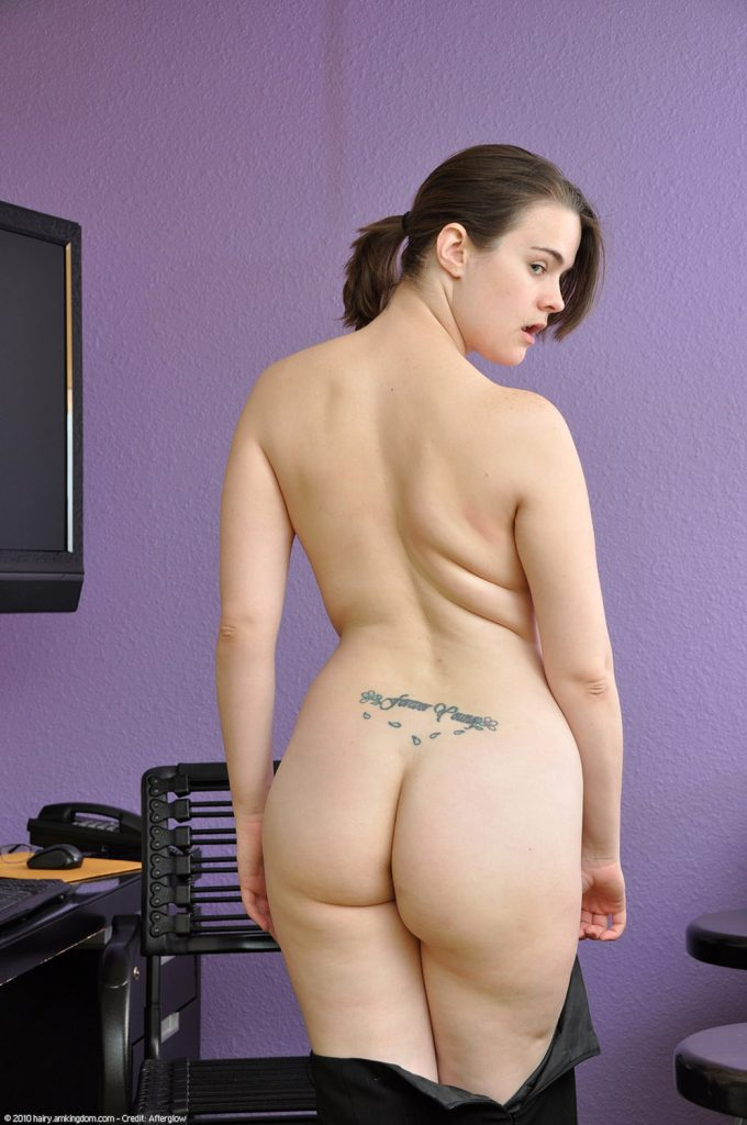Destina Curvy Naked Chick In The Office AMKingdom